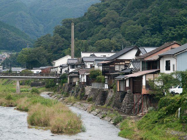 川沿いに家々が建ち並んでいます